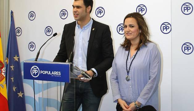El parlamentario del PPN Javier Garcia y la portavoz del partido, Cristina Sanz, este jueves.