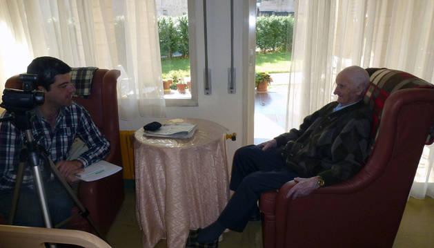 Imagen de Fernando Hualde Gállego, que entrevista a Ildefonso Ascunce Garrués, que fue el último vecino del pueblo de Urbicáin (Izagaondoa). Nació allí en 1915 y falleció tiempo después de ser grabado.