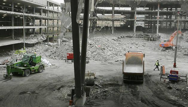 Vista general del lugar en el que fue colocada la furgoneta bomba por la banda terrorista ETA en el aparcamiento de la terminal 4 del aeropuerto Madrid-Barajas el pasado 30 de diciembre de 2007
