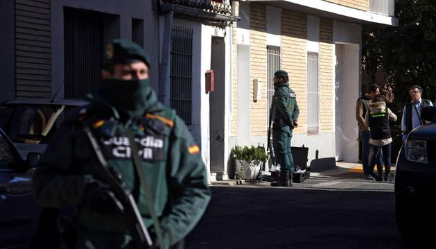 La Guardia Civil, en el momento en el que procedieron a la detención de la mujer de la víctima.