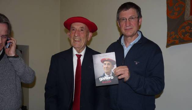 Miguel Ángel Elizaga junto a Alberto Araiz en la presentación del libro en Estella.
