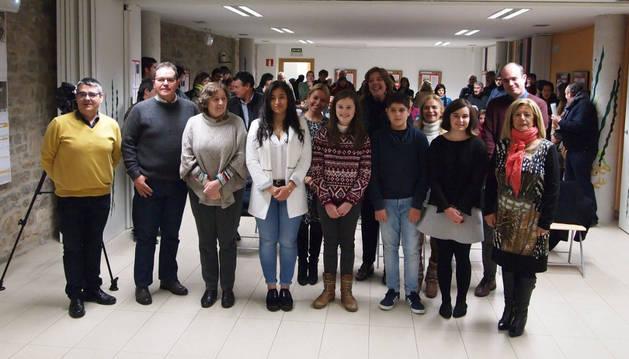 Autoridades y premiados del concurso de relatos.