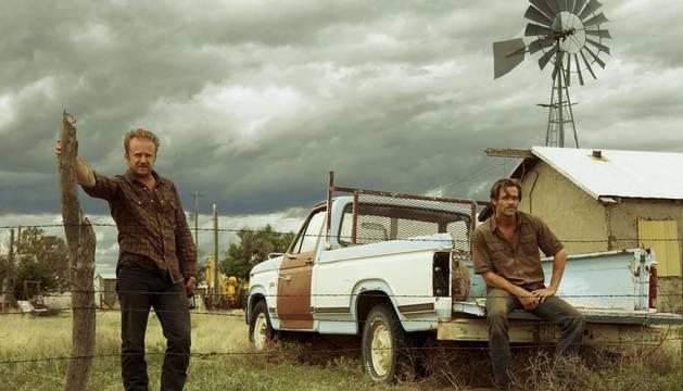 Los actores Chris Pine (d) Ben Foster (i), en una escena de la película 'Comanchería'.