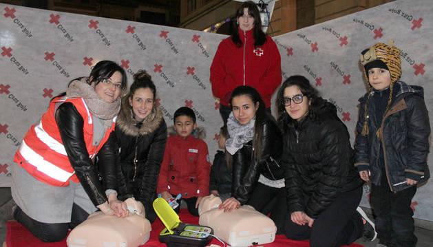 Atrás, la directora de Cruz Roja Estella, Garbiñe Basarte Echeverría, con las voluntarias de la asociación Ainara Ajona Baquedano, Miren Pejenaute  Zudaire (enfermera), Fátima Messaoudi y Khadija Moundir.