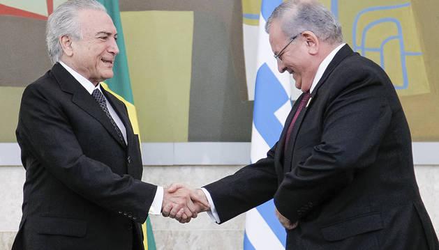 Fotografía de archivo fechada el 25 de mayo de 2016 y cedida por la Presidencia de Brasil que muestra al mandatario Michel Temer (i) con el embajador de Grecia en Brasil, Kyriakos Amiridis (d), durante una presentación de credenciales en Brasilia (Brasil).