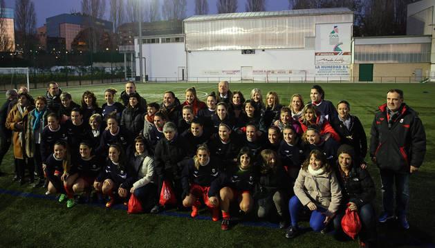 Las jugadoras de la selección navarra absoluta junto con las pioneras que formaron el primer equipo de fútbol femenino en Navarra en 1990 y que ayer fueron homenajeadas.
