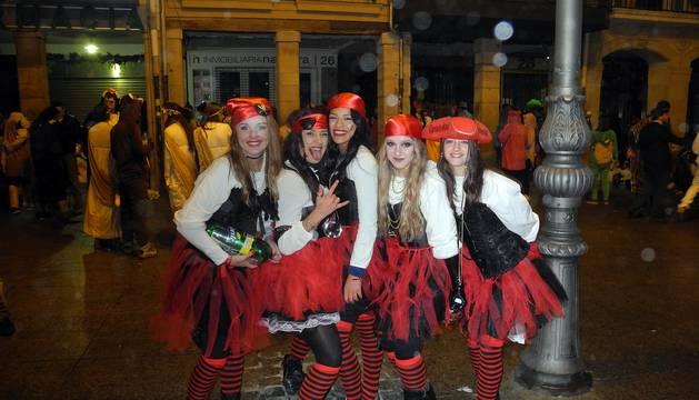 Imágenes de grupos de amigos con disfrazes en la última noche del año en la capital de Navarra.