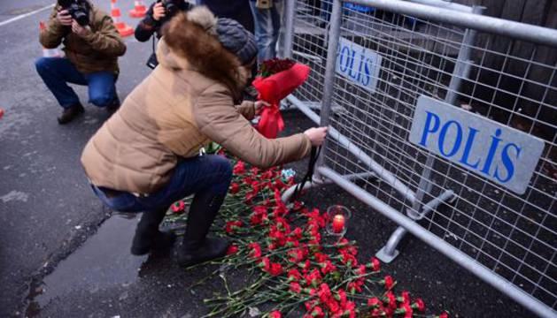 Una mujer homenajea con flores a las víctimas de Estambul.