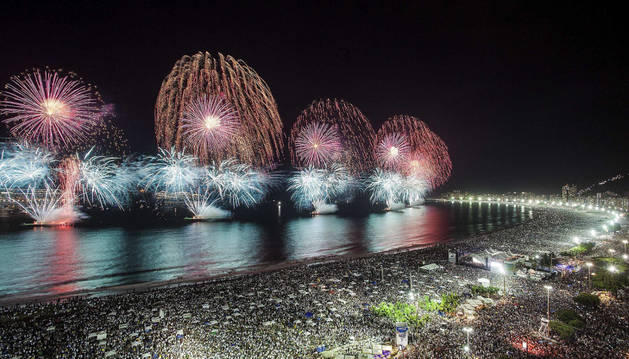 Imagen de millares de personas asistem la quema de fuegos en la playa de Copacabana, Rio de Janeiro.