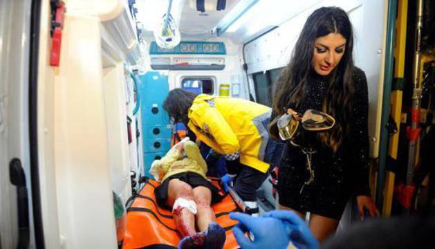 Una persona herida, en el interior de la ambulancia.