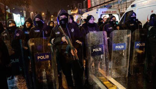 Varios policías rotegen el lugar después del atentado de la discoteca.