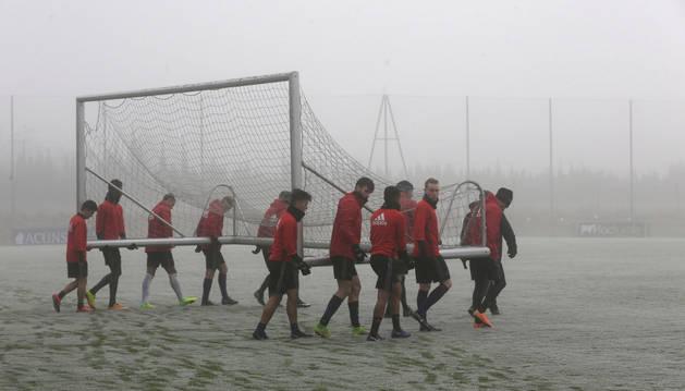 Imagen de los jugadores de Osasuna recogen una de las porterías de entrenamiento el pasado día 30 de diciembre, en la última sesión de trabajo del pasado año.
