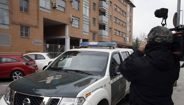 Un cámara graba ante el portal de la vivienda en Rivas-Vaciamadrid en la que una mujer española de 40 años fue apuñalada por su pareja.