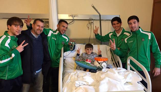 Jugadores del CD Lourdes, en su visita a los niños del hospital.