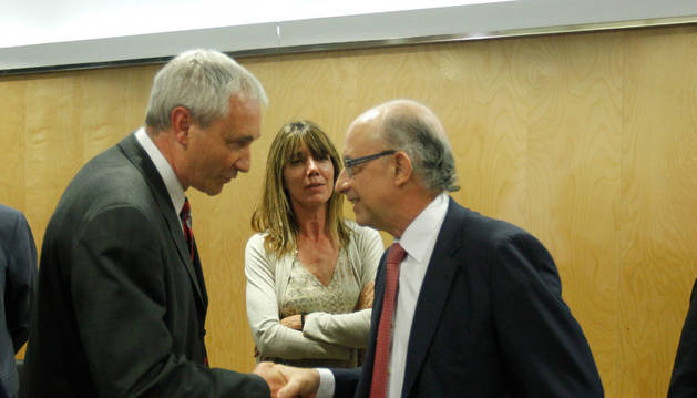 Mikel Aranburu y el ministro Cristóbal Montoro, en 2015, en una reunión con los consejeros en el Ministerio.