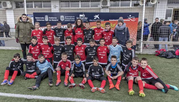 Los equipos Mendialdea I (negro) y Mendialdea II (rojo) juntos tras el pase a cuartos de final