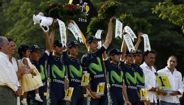 Integrantes del Movistar Team reciben una distinción durante el pasado Tour de Francia