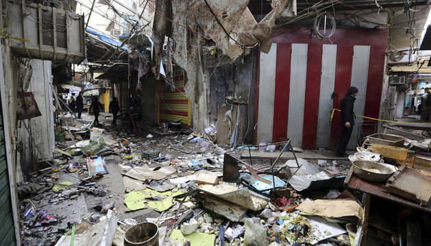 Varios iraquíes inspeccionan el lugar de un atentado en el mercado Sinak, el pasado 31 de diciembre.