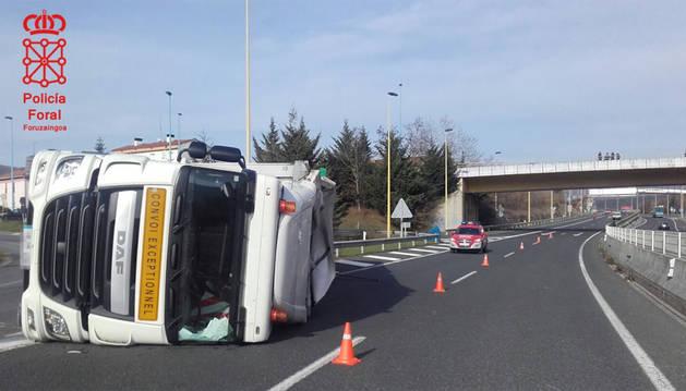 El camión,volcado en la calzada.