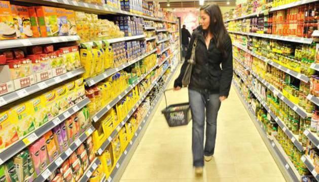 Una mujer en un supermercado.