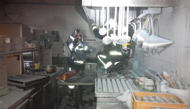 Los bomberos sofocan dos incendios en las piscinas de Echavacoiz y en Mutilva