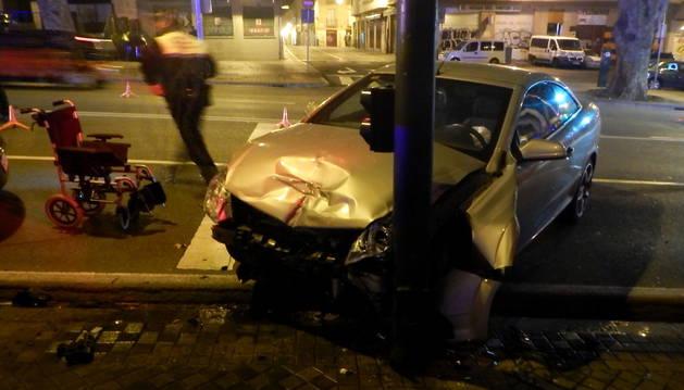 Uno de los turismo implicados en el accidente de la calle Labrit de Pamplona.