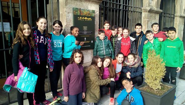 Imagen de los alumnos de Lizarra Ikastola delante de la entrada al Museo Gustavo de Maeztu de Estella.
