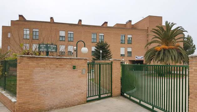 Imagen de la entrada de la residencia de ancianos de Lodosa, en el número 20 de la calle Centro Parroquial.