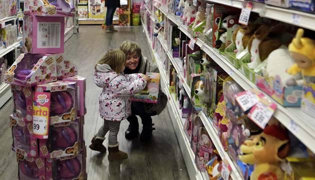 Los pajes reales ultimaban ayer algunas compras en las jugueterías. Imagen de Eregui ayer por la tarde.