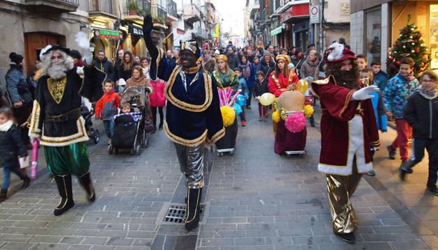 Los pajes de Sus Majestades recorren la calle Mayor de Sangüesa.