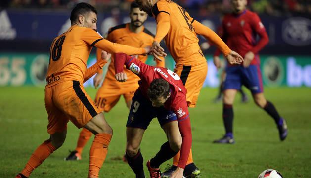 Oriol Riera cayendo rendido sobre el césped ante la presión de tres jugadores del Eibar, Arbilla, Fran Rico y M. M. Dos Santos.