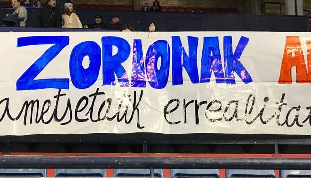 Pancarta de apoyo a Aitor Lorea en El Sadar.