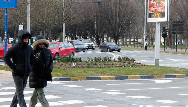 Dos personas bien abrigadas caminan en Pamplona en un invierno anterior.