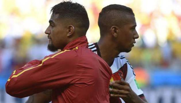 Dos hermanos Boateng se saludan antes de un partido.