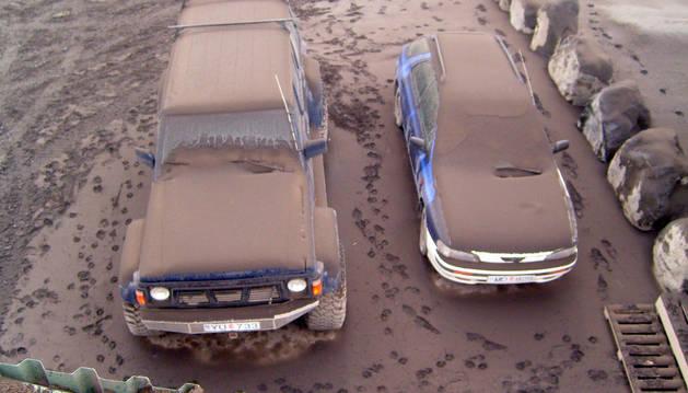 Imagen de una espesa capa de ceniza dos coches, cerca de Reykjavik, hoy, lunes, 19 de abril de 2010.