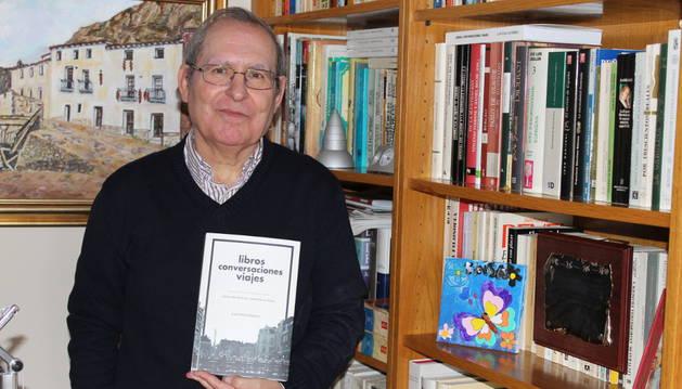 Imagen del catedrático de Filosofía Luis Sola Gutiérrez con un ejemplar del libro en la biblioteca de su casa, en Azagra.