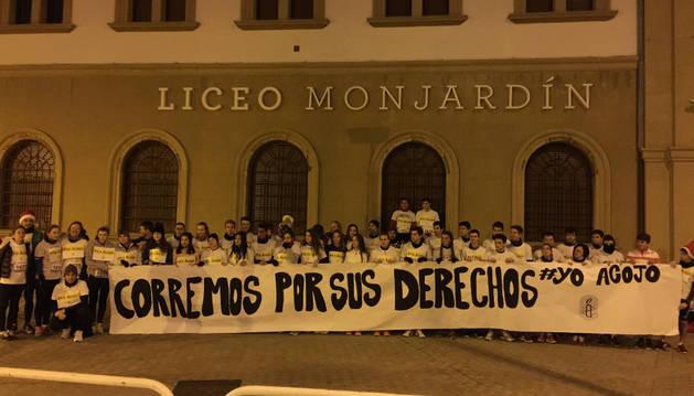 Imagen de los alumnos y profesores del Liceo Monjardín, en la puerta del centro pamplonés, antes de correr la San Silvestre, el pasado 31 de diciembre.