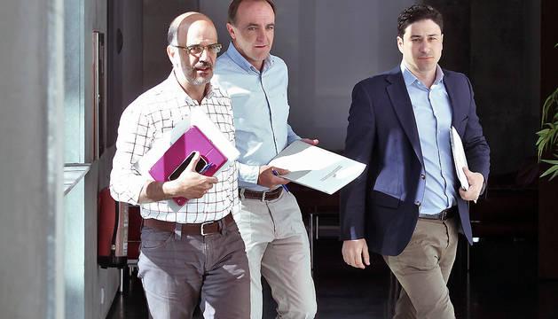 Javier Esparza (en el centro de la imagen), junto a Alberto Catalán (a la izquierda) y Óscar Arizcuren (a la derecha), en el pasillo del Parlamento.