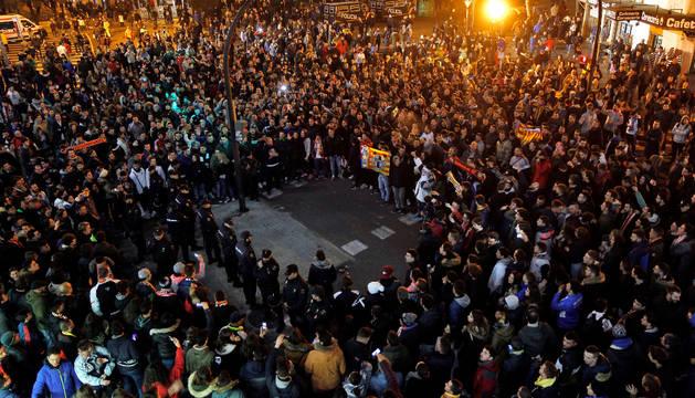 Aficionados del Valencia concentrados a las afueras de Mestalla para pedir la marcha del propietario del club, Peter Lim.