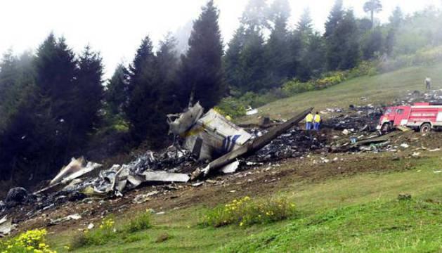 Bomberos turcos buscan entre los restos del Yak-42.