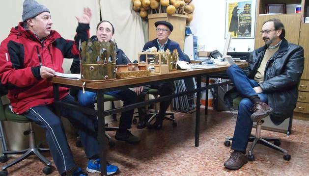 Desde la izquierda: Eleuterio Remón Iso (Baltasar), Fermín Gascón López (Gaspar), Enrique Itoiz Ojer (Herodes) y Juan Pedro Ventura (coordinador de ensayos).