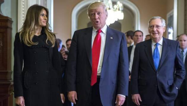 Trump camina junto a su esposa.