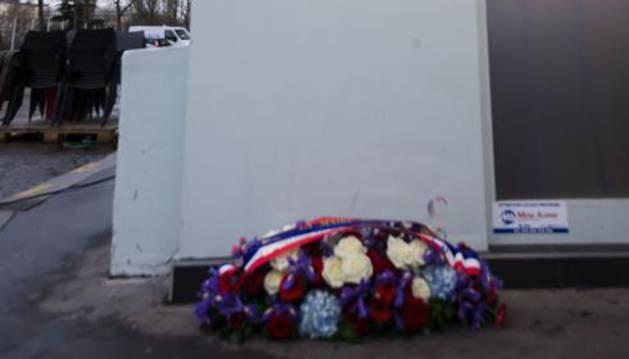 Flores de luto cerca de la sede de 'Charlie Hebdo'.