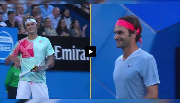 Captura del vídeo en el que Federer sonríe tras dar por válido el saque de Zverev