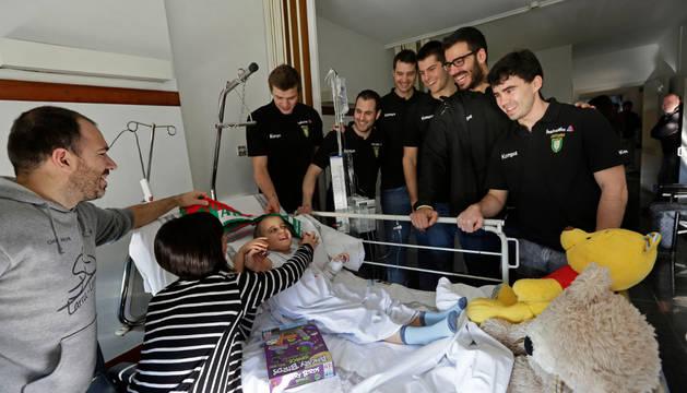Sergei Hernández, Miguel Goñi, Ález Garza, Antonio Bazán, Ander Ugarte y Erik Balenciaga, en una de las habitaciones de Pediatría del CHN.