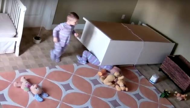 Un niño de dos años salva a su hermano tras quedar atrapado bajo una cómoda