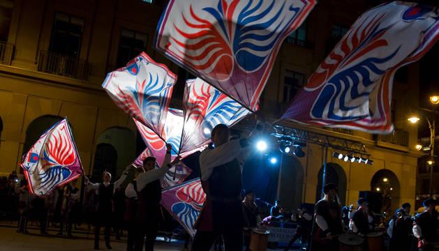 Imagen del grupo de abanderados italianos 'Maesta della Battaglia' dio ayer uno de los espectáculos de la séptima edición del festival callejero de Reyes en la Plaza del Castillo.