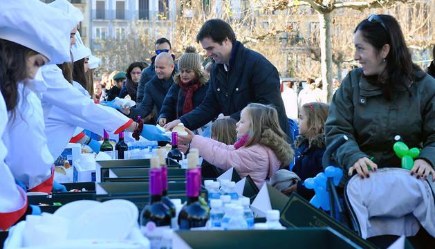 El público que se ha acercado hasta la Plaza del Castillo ha podido degustar los roscones que ha cedido Taberna.