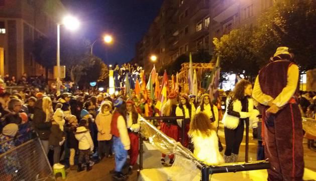 Multitudinaria cabalgata de los Reyes Magos por las calles de Pamplona