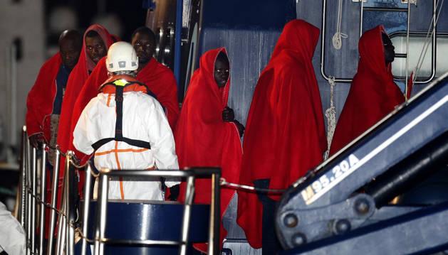 Desembarcan en el puerto de Almería las 32 personas de origen subsahariano rescatadas al sur del cabo de Gata.